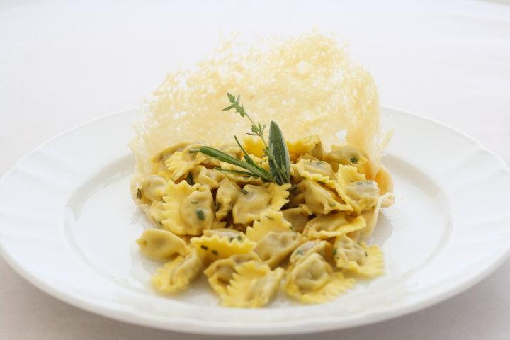Agnolotti al plin delle Langhe con burro alle erbe e cialda di Parmigiano