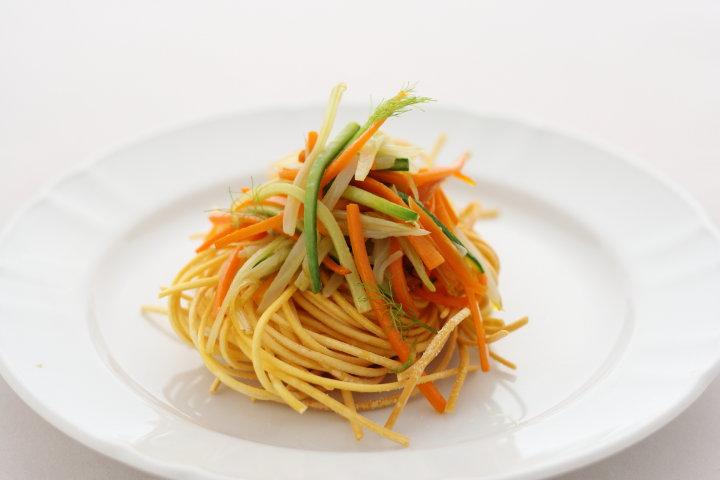 Tagliolini all'uovo fritti con verdure saltate